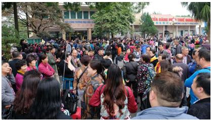 Người Tầu ồ ạt kéo vào VN qua cửa khẩu Mong Cáy.Du khách hay di dân đây? (nguồn Internet)