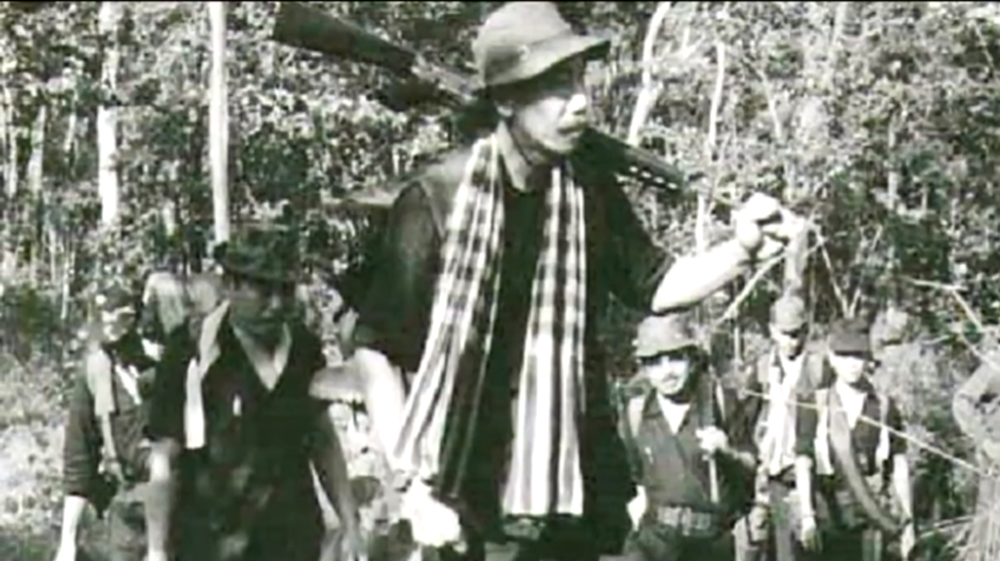 Cố chiến hữu Chủ Tịch MTQGTNGPVN Hoàng Cơ Minh cùng đoàn quân Kháng chiến trên con đường Đông Tiến.
