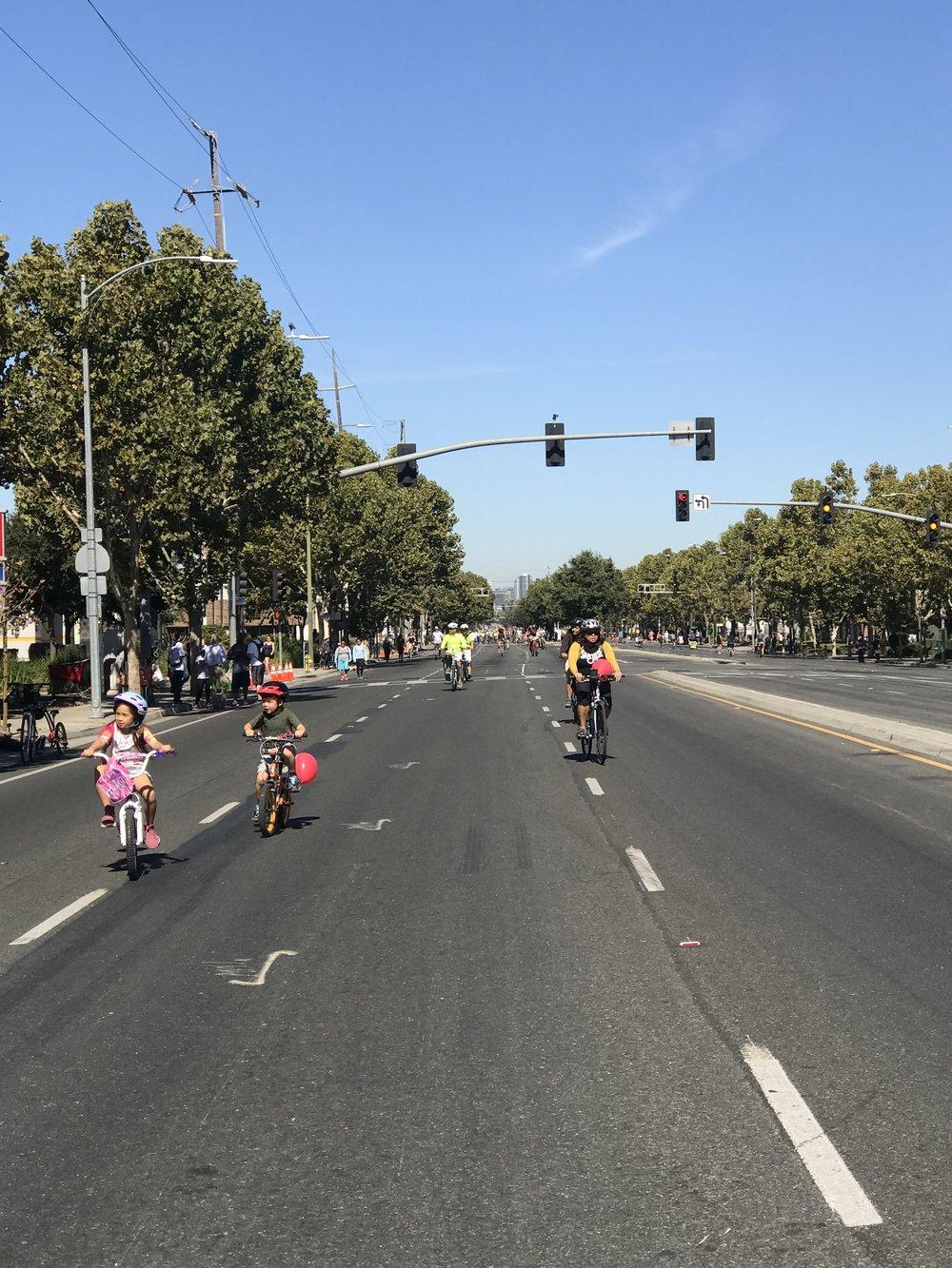 Tha hồ cho các em nhỏ tập xe trên đường.
