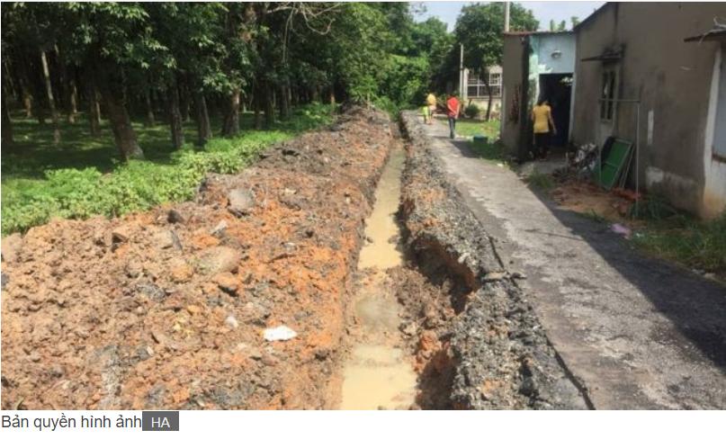 Con đường rải nhựa được ông Hoàng Anh bỏ tiền xây cho dân thôn nghèo ở Củ Chi vừa bị chính quyền phá đi để 'trả lại nguyên hiện trạng'.