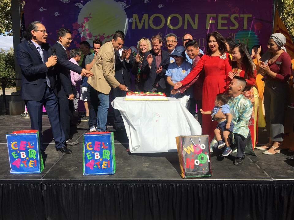 Thị trưởng Sam Liccardo cùng các vị dân cử và Ban Tổ Chức cắt bánh mừng ngày 2 năm thành lập Trung Tâm Văn Hóa Việt Mỹ.