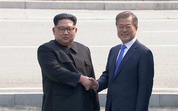 Cái bắt tay thân thiện giữa hai lãnh tụ của Bắc và Nam Hàn. Nguồn internet.