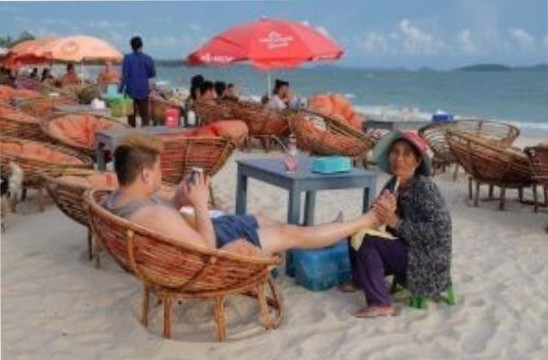 Đặc khu Sihanoukville của Campuchia chỉ tạo ra được 5% số việc làm cho dân bản địa và chủ yếu là lao động rẻ tiền như hình trên ảnh người dân Cam đấm bóp cho khách TQ.