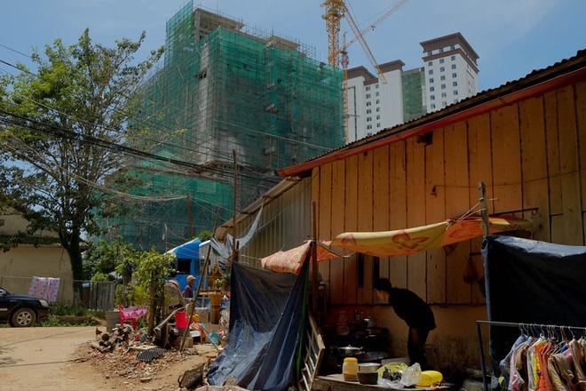 Sự giàu có ở Sihanoukville không tới được tất cả người dân. Nguồn: The Guardian.