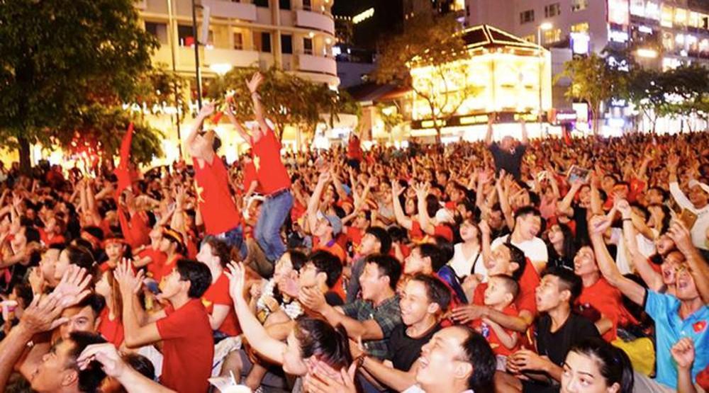 ăn mừng bóng đá thắng Philippines-dec 14, 2018.jpg