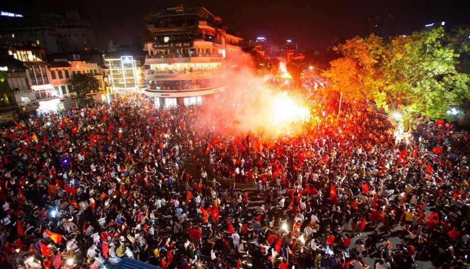 Người Việt Nam ăn mừng thắng giải bóng đá Đông Nam Á. Nguồn Facebook.