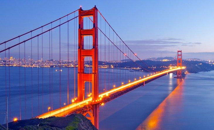 Cầu Golden Gate của California vào buổi tối.