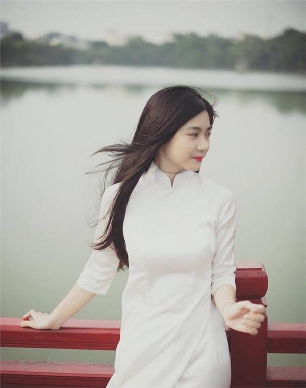 Cô gái Việt Nam trong chiếc áo dài trắng. Nguồn internet.