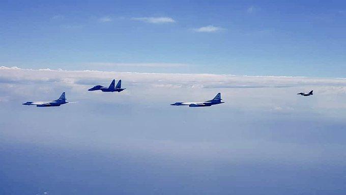 Hai oanh tạc cơ Nga Tu-160, chiến đấu cơ Venezuela Su-30MK2, và F-16 jets trên biển Caribbean Sea.