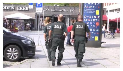 Hình ảnh Cảnh Sát Đức đang bố ráp khu Thương Mại VN (nguồn Internet)
