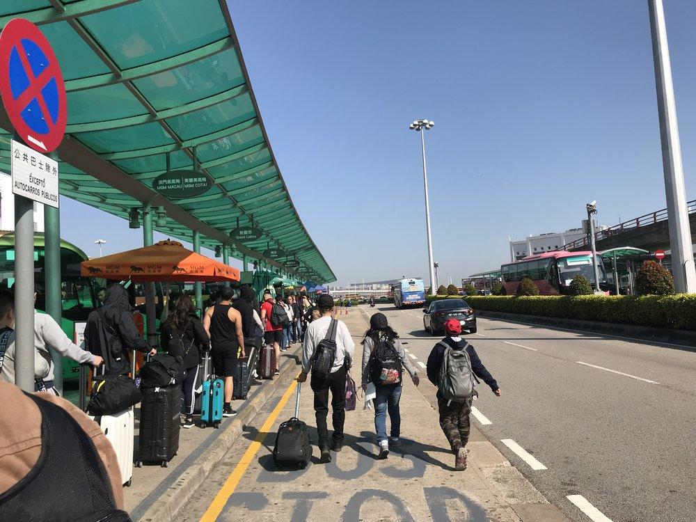 Xuống phà qua Macau, du khách đón xe bus để đi thăm các thắng cảnh tại Macau.