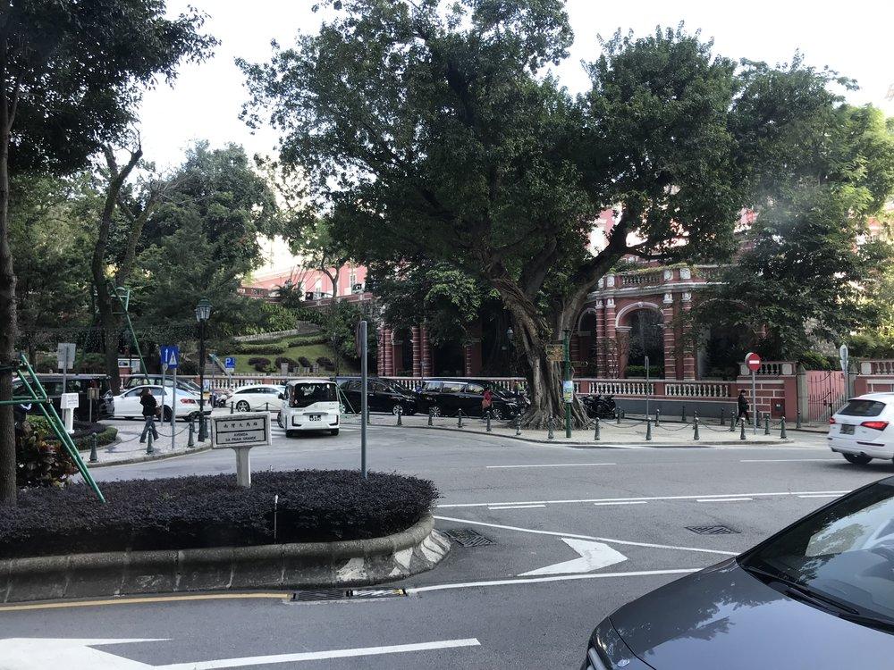 Một đường phố thuộc khu ngoại ô của Macau nhìn từ cửa sổ xe bus đang di chuyển.