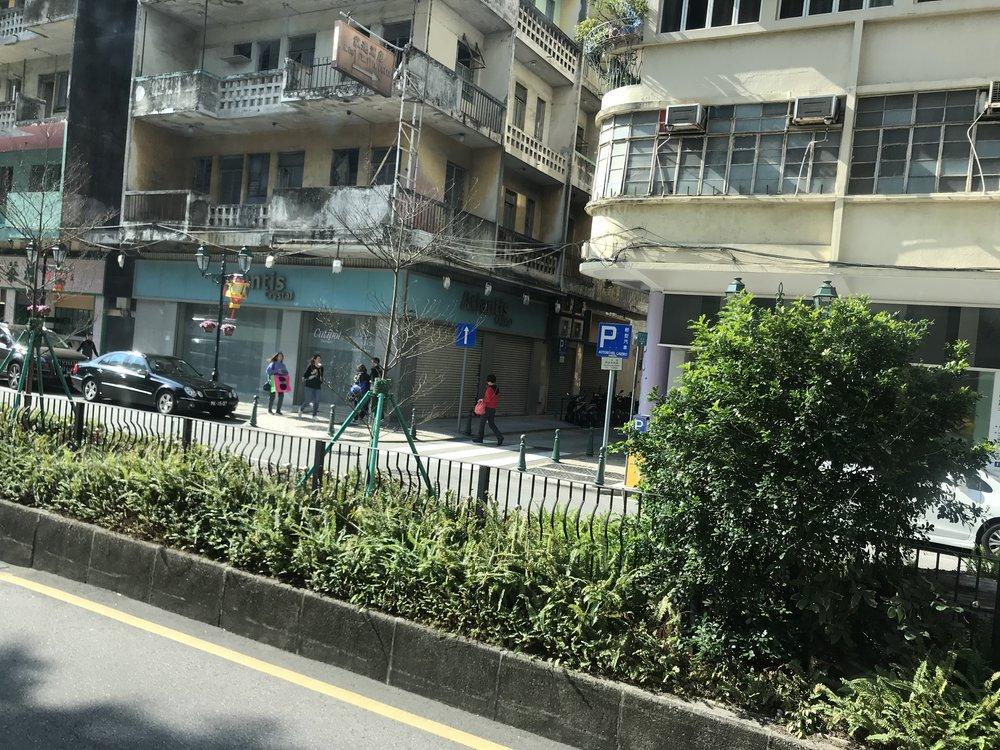 Đi dần vào phố chính của Macau, quang cảnh nhà cửa trở nên cũ kỹ.