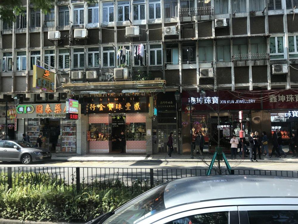 Các tầng nhà ở phía trên trông tương phản với sự tươi mát buôn bán của các cửa hàng ở tầng dưới.