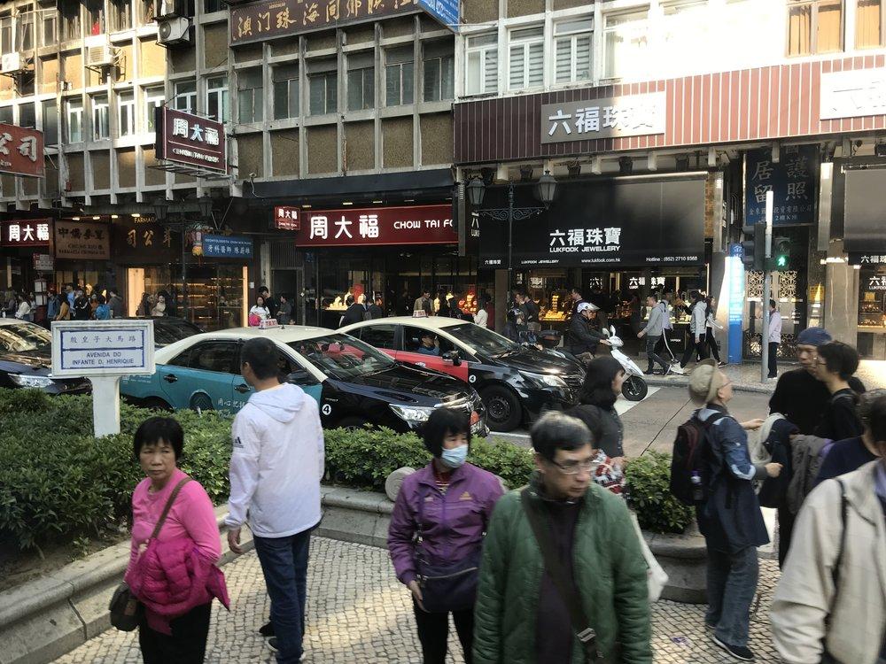 Tại phố chính, người và xe bắt đầu đông đảo.