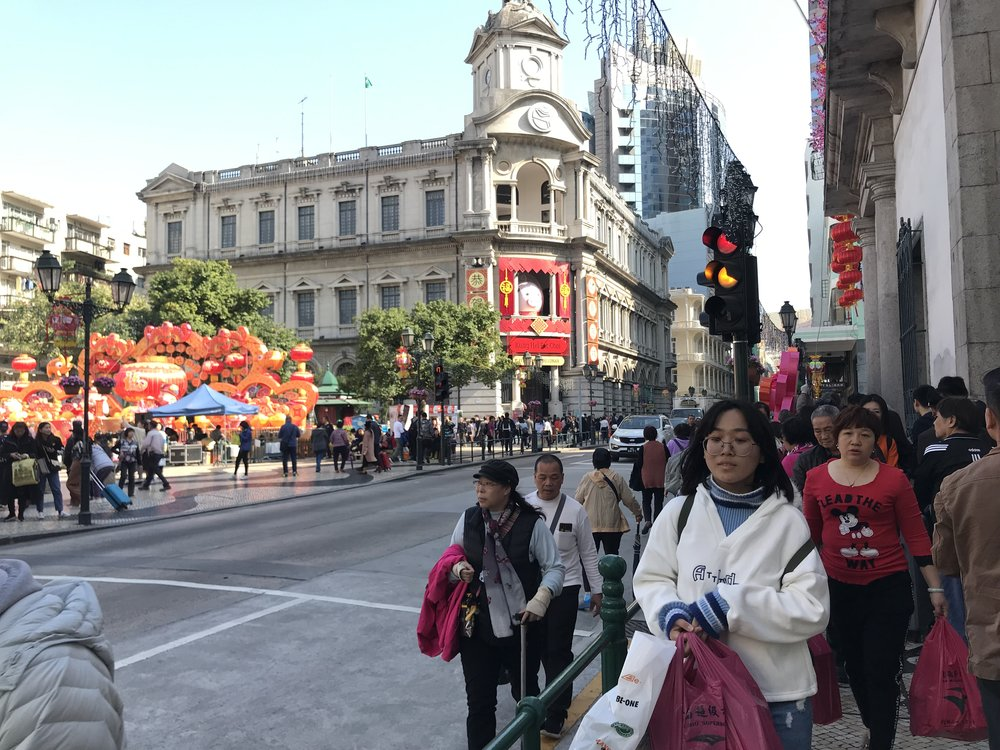 Đi bộ băng qua đường là đến Senado Square.