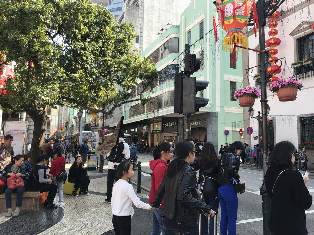 Du lịch bằng xe bus ngừng tại trạm để du khách có thể đi xuống thăm viếng Senado Square, một trong 4 quảng trường lớn nhất tại Macau và là nơi được đưa vào danh sách bảo tồn văn hóa của Macau UNESCO.