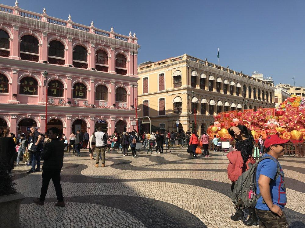 Các du khách đang tham quan các di tích lịch sử tại Senado Square.