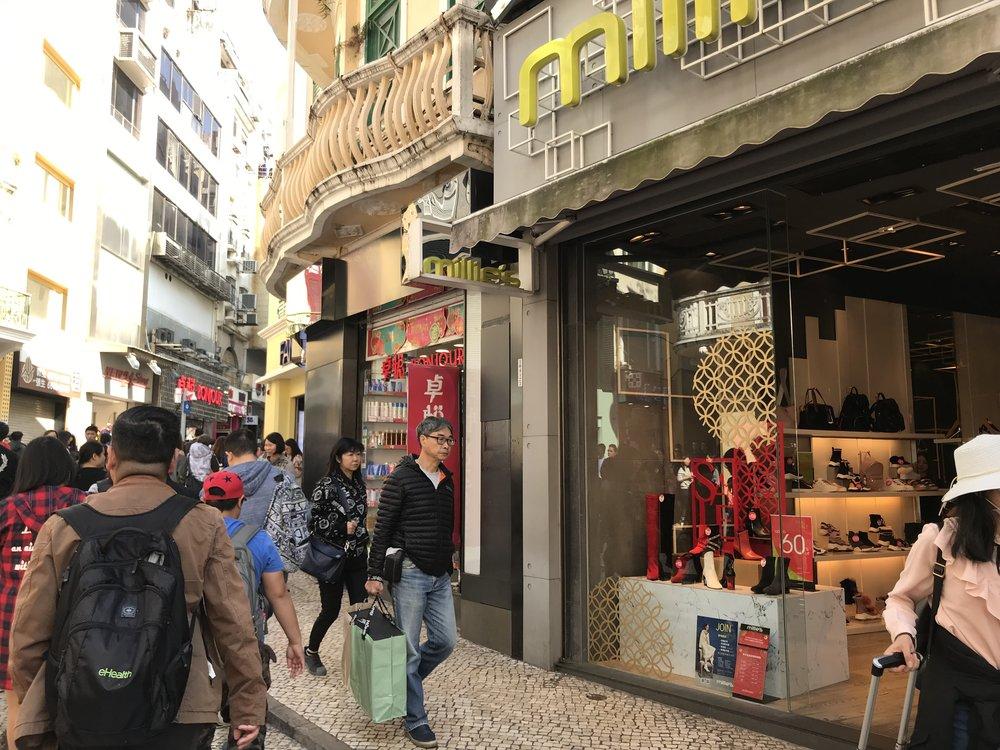 Các cửa hàng san sát nhau trong hẻm đường.