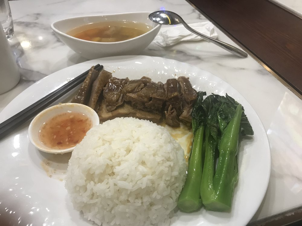 Một đĩa cơm thanh đạm với thịt ngỗng, cơm trắng và rau cải làn. Bửa cơm rất ngon chỉ tốn có 7 đô la Mỹ (78 đồng tiền Macau.)