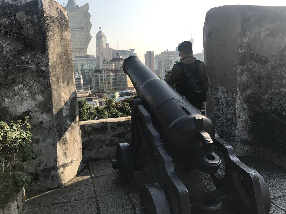 Một khẩu súng thần công còn lưu lại trên sân thượng của di tích Ruins of St Paul.