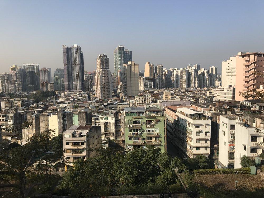 Quang cảnh thành phố của đảo Macau từ trên cao nhìn ra cũng thấy bao trùm bởi khói bụi ô nhiễm bay sang từ Trung Quốc.