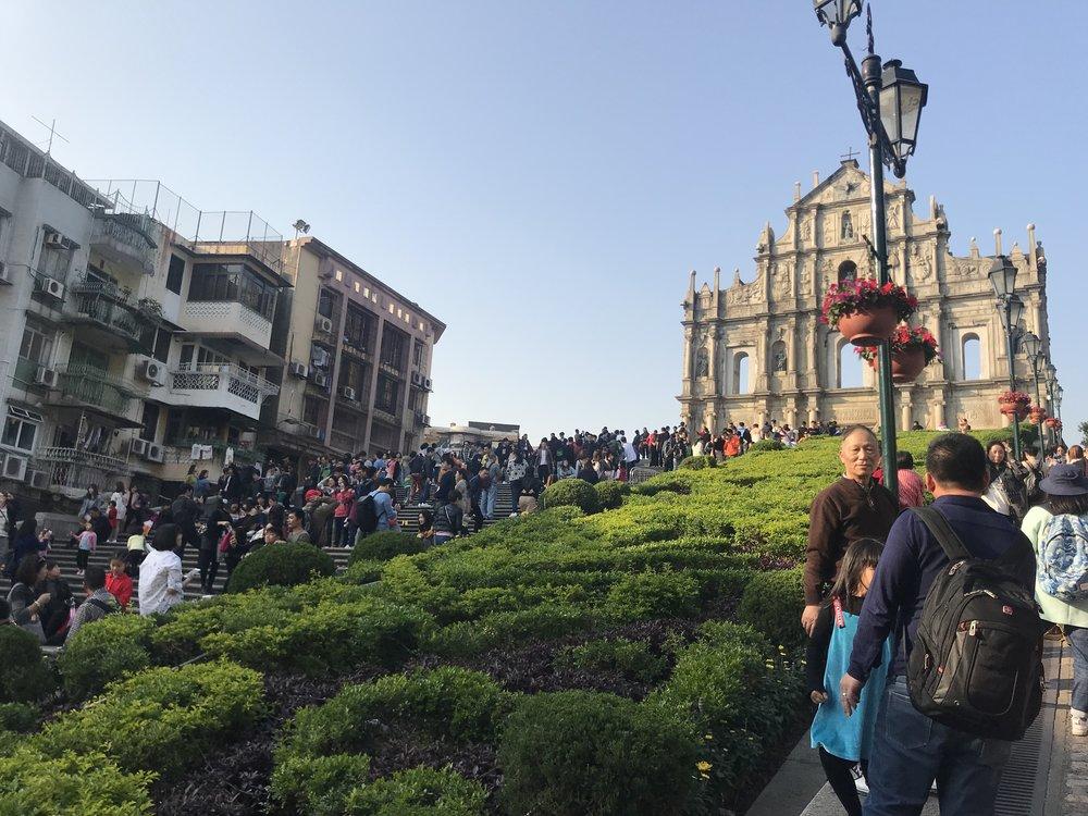 Người hướng dẫn viên dắt đi bộ đến một khu di tích lịch gần với quảng trường Senado. Đó là khu di tích St. Paul / Ruins, cũng là một thắng cảnh nổi tiếng của đảo Macau.