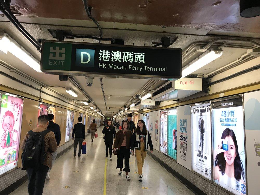 Từ Hong Kong, đi xe điện đến nhà ga chuyển tiếp để đón phà đi Macau.