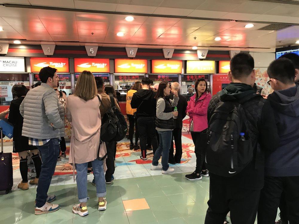Du khách chờ mua vé đi phà qua Macau.