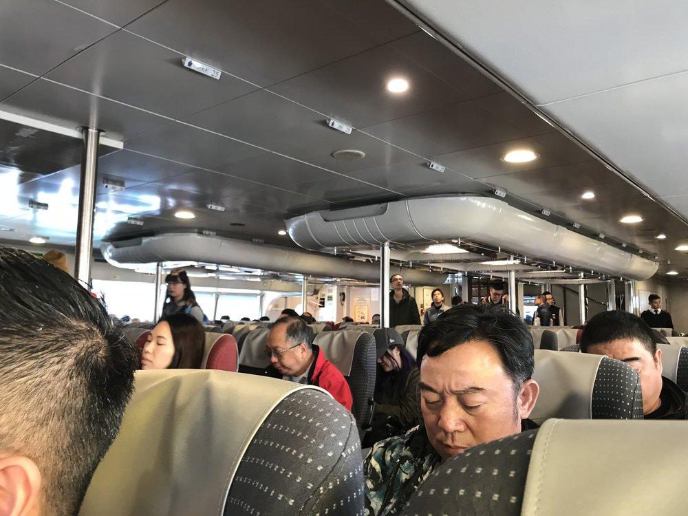 Phà đi Macau khá rộng và tiện nghi. Du khách có thể nhìn cảnh hai bên ven biển trên đường qua đảo Hong Kong. Chuyến đi bằng phà qua Macau mất một tiếng giờ.