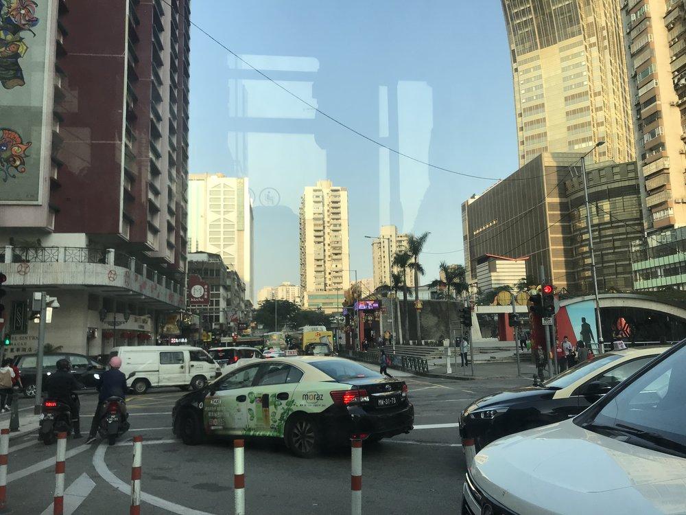 Quang cảnh một góc phố của đảo Macau qua cửa sổ của xe bus, trên con đường đến thăm tòa Tháp Macao.