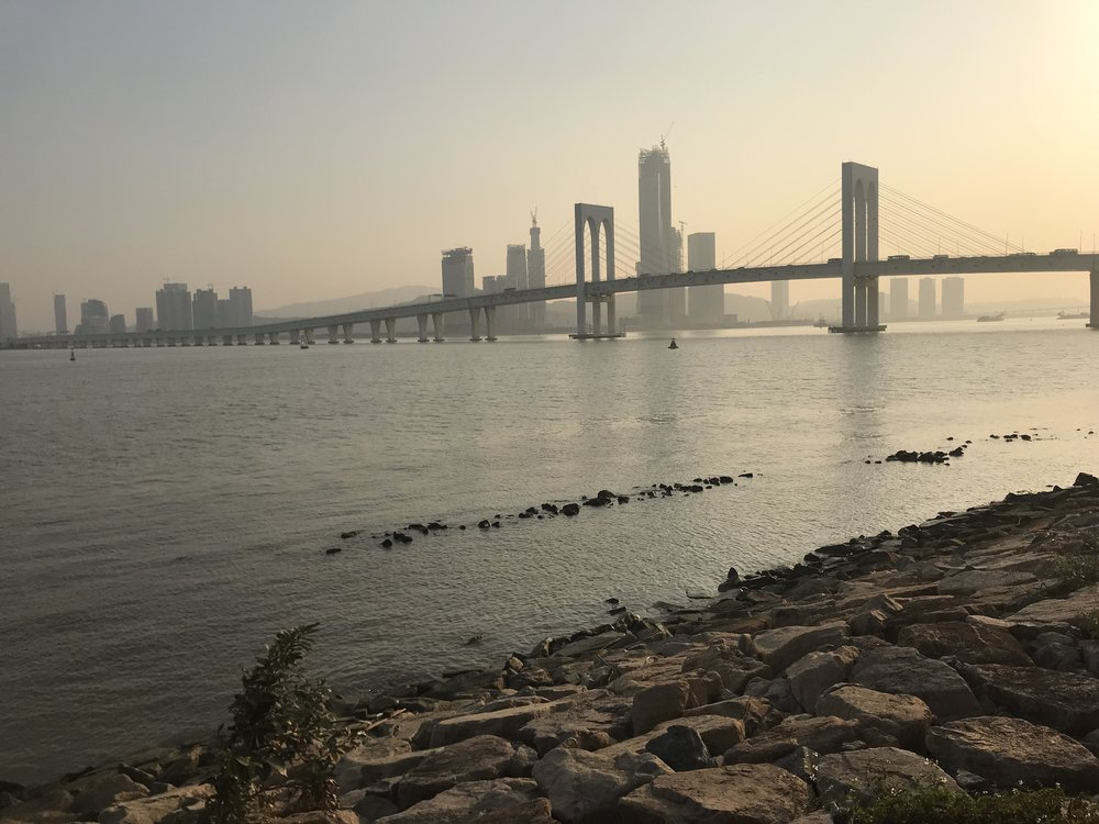 Từ sân sau của Tháp Macau nhìn ra biển. Khói bụi ô nhiễm từ Trung Quốc bay sang giăng thành một màn sương mù bao trùm bán đảo.Macau.