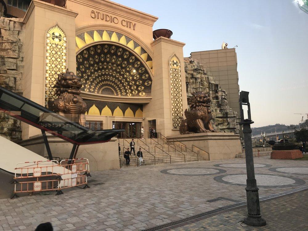Rời Tháp Macau, du khách lại được hướng dẫn ghé thăm Studio City ở Taipa. Studio City là một nơi giải trí đầy quyến rủ có nhiều du khách lui tới tại Cotai, Macao. Đặc điểm của Studio City bao gồm khu khách sạn sang trọng, khu vực nghệ thuật ấn tượng, quán ăn thế giới, sòng bài lộng lẫy và những con đường mua sắm sầm uât. Trung tâm đã được phác họa bởi Goddard, một hãng phác họa phim giải trí tọa lạc tại Los Angeles, cũng là hãng trách nhiệm cho việc phác họa trung tâm nghĩ mát của Cotai's Galaxy Macau resort.