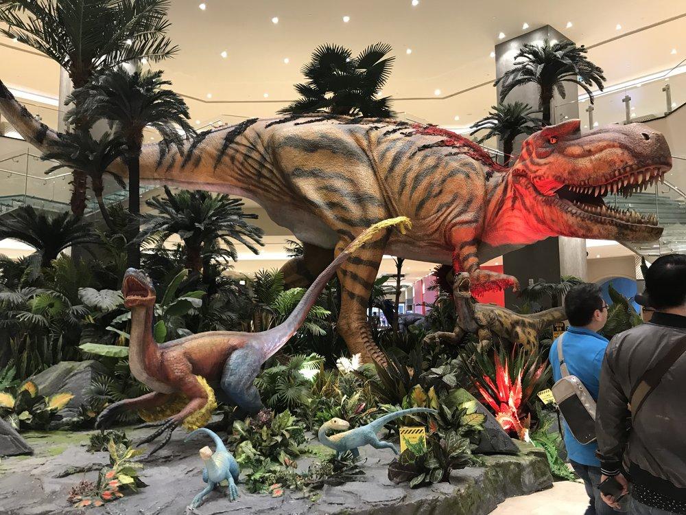 Bước vào Studio City, du khách sẽ được đưa theo con đường dẫn tới khu hình tượng những con vật khủng long thời tiền sử.