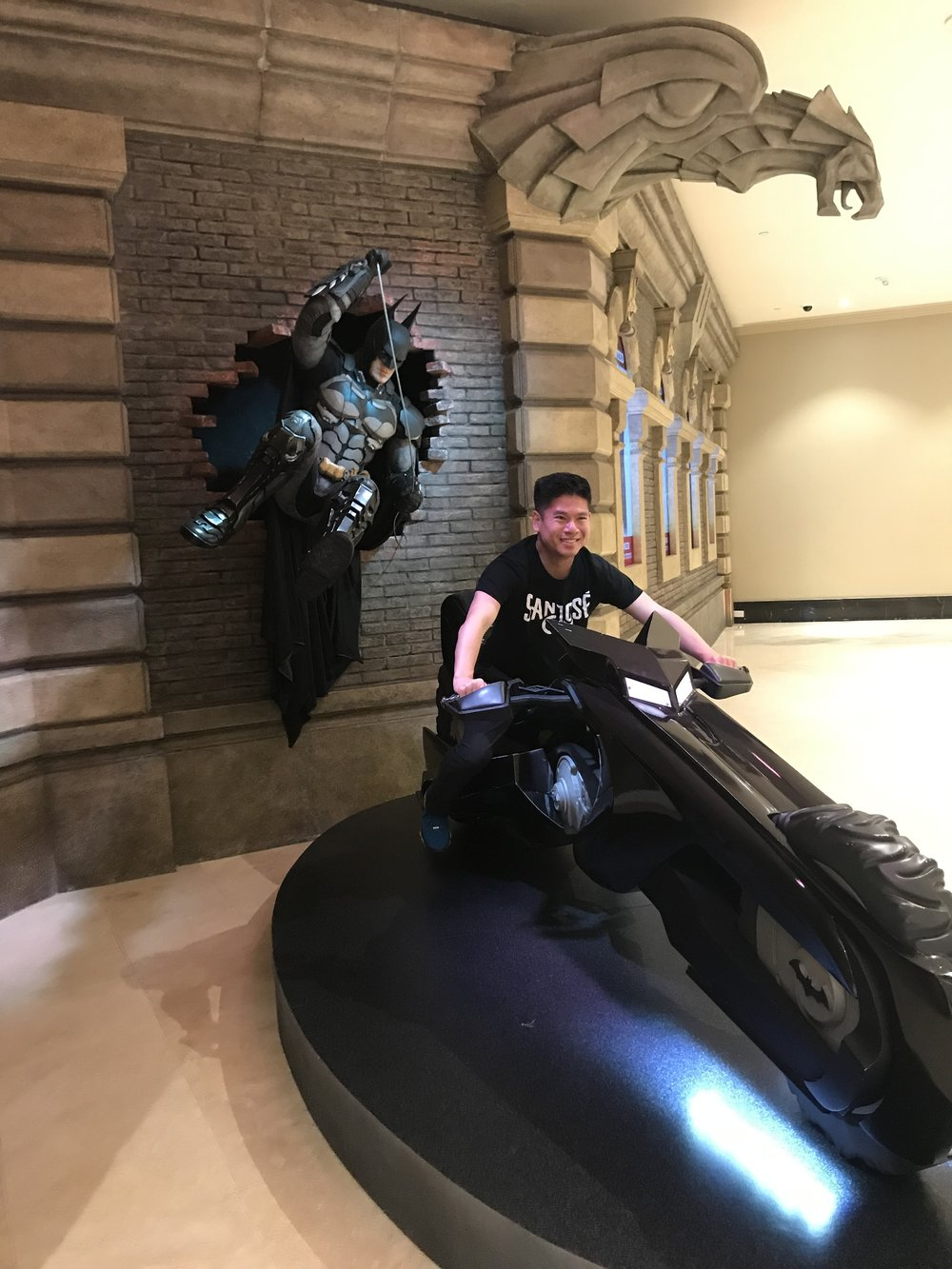Du khách có thể lên xe motor của Batman ngồi để chụp hình.