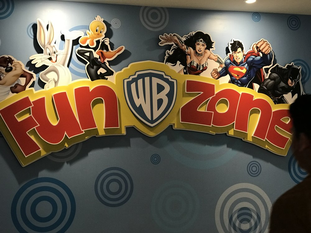 Hay du khách có thể ghé vào xem các hoạt hình khác của Warran Brothers như Super Woman, Super Man, hay các hoạt hình thú vật thân thiện của trẻ em.
