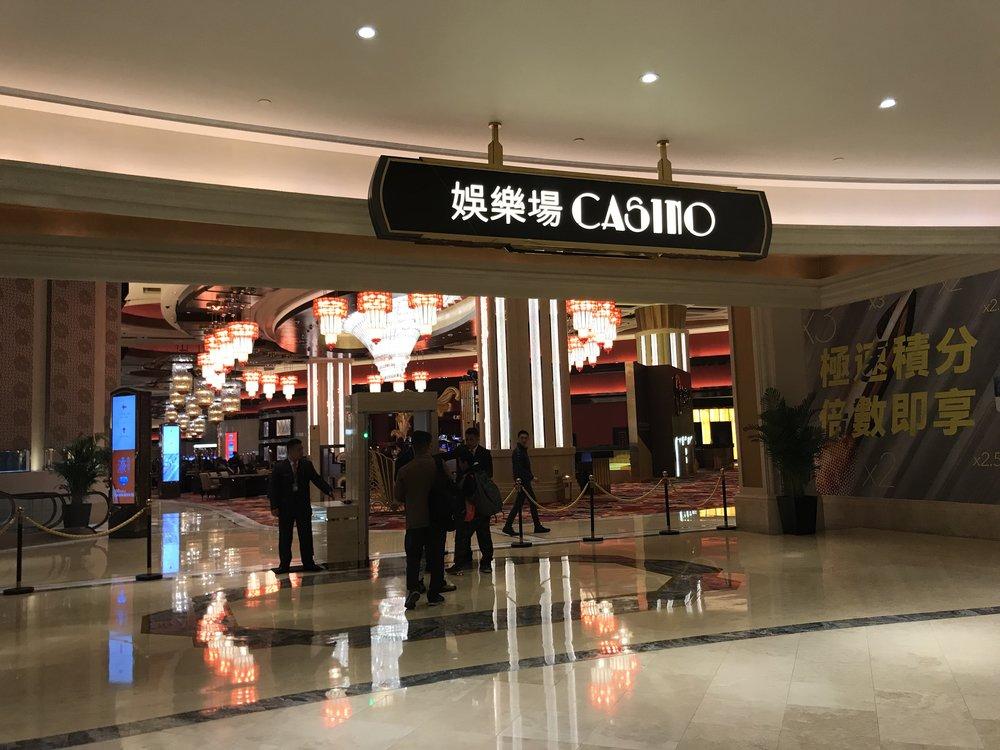 Du khách cũng có thể ghé vào Casino để thử thời vận đen đỏ.