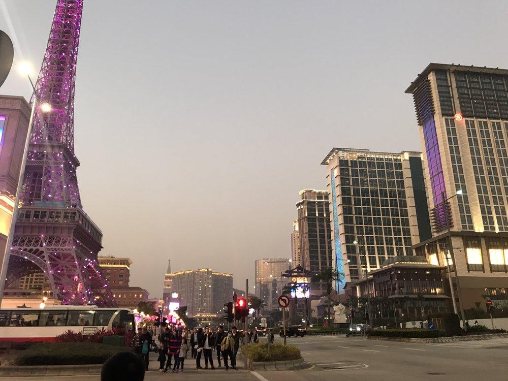 Khu vực chung quanh The Parisian Macau nhìn từ hướng phía ngang mặt đường.