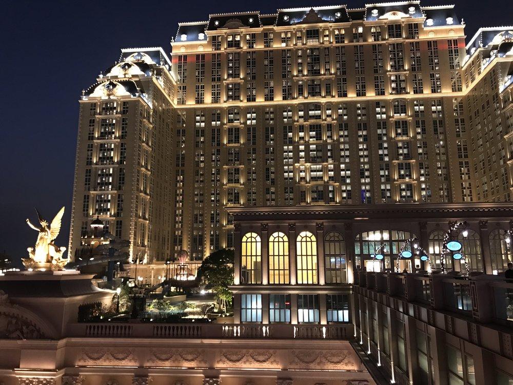 Khách sạn The Parisian Macau, từ hướng trên Tháp Eiffel Macau nhìn qua.