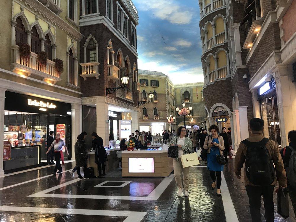 Đi sang khu Venetian Macao, vốn được xây nối nhau với the Parisian Macau. Venetian Macao (Tên Tầu là: 澳門威尼斯人) là một khách sạn và sòng bài nghĩ dưỡng thượng đẳng tại Cotai, Macau, được làm chủ bởi công the American Las Vegas Sands. Khách sạn Venetian cao 39 tầng, rộng 10,500,000-square-foot (980,000 m2). Venetian Macao được xây cất tương tự với khu casino nghĩ dưỡng chị em với nó, Venetian Las Vegas. The Venetian Macao là một sòng bài lớn nhất thế giới, một khách sạn đơn lớn nhất tại Châu Á, và cũng là một trong bẩy cao ốc lớn nhất thế giới về mặt phẳng.
