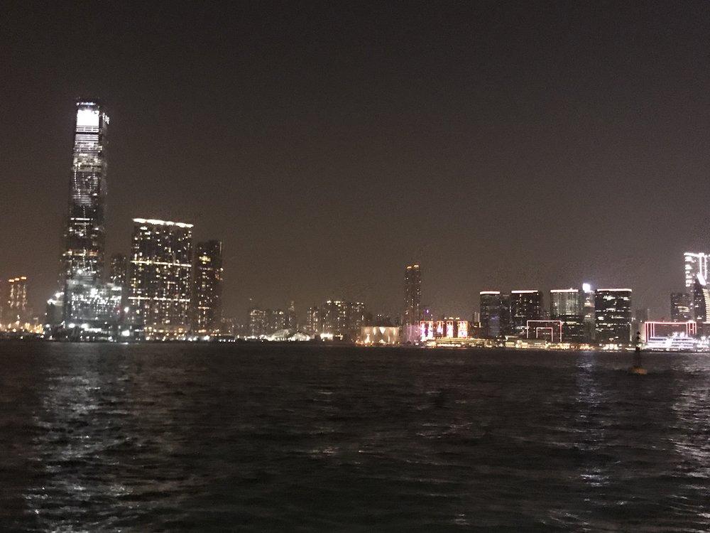 Đứng trên cảng đảo Hong Kong nhìn về hướng đảo Macau.