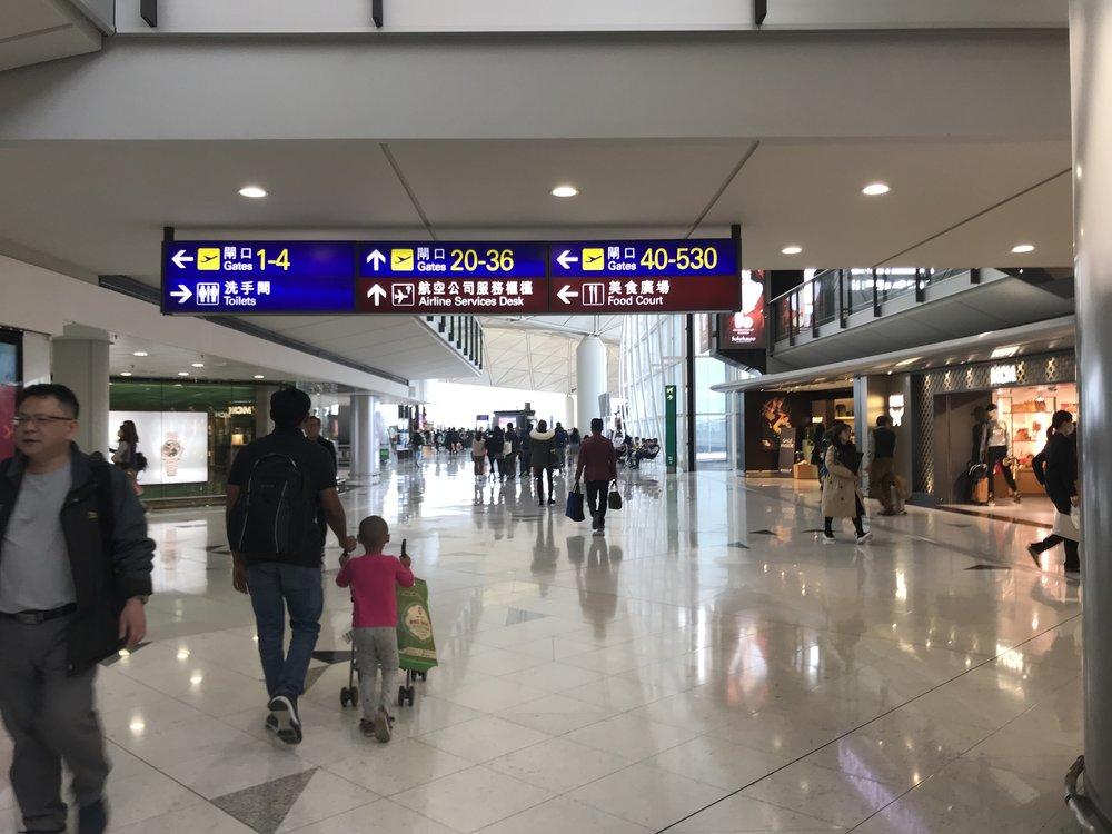 Phi trường Hong Kong ngày quay trở về Mỹ. Tạm biệt Hong Kong. Tạm biệt trại tỵ nạn Kai Tak North, nơi đã mở ra cánh cửa tự do cho một số những người thuyền nhân tỵ nan cộng sản Việt Nam thập niên 1980s.