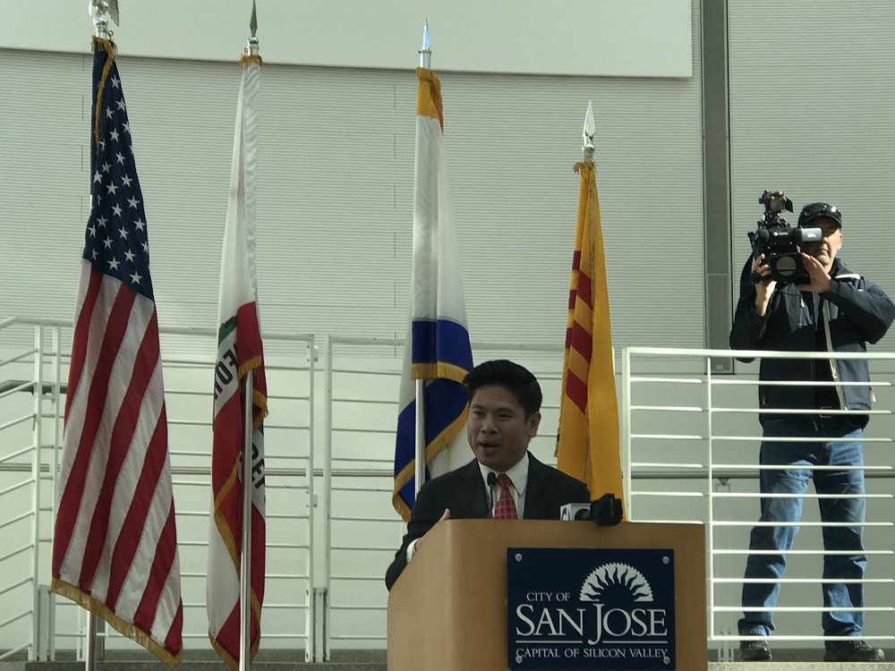 Nghị viên Diệp Thế Lân phát biểu về ý nghĩa ngày Tết cho quan khách dân cử ngoại quốc hiểu về tập tục Tết của người Việt.
