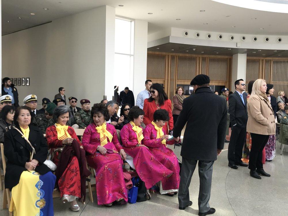 Quan khách tham dự gồm đủ mọi thành phần trong cộng đồng người Việt.