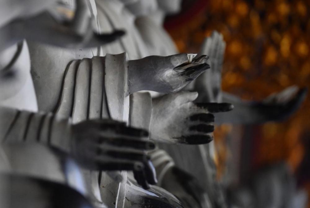 Các bàn tay Phật bị hóa đen do sự tiếp xúc thường xuyên với tay người dân đi lễ chùa.