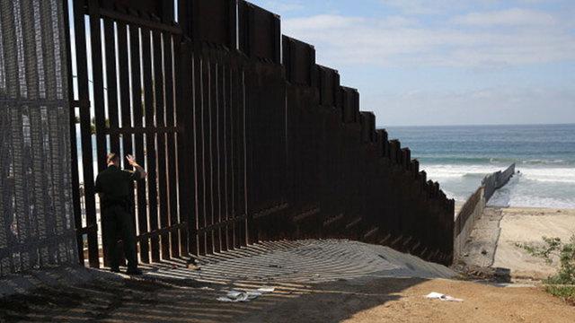 Bức tường biên giới giữa Hoa Kỳ và Mễ Tây Cơ để ngăn chặn di dân từ nước Mễ. Nguồn internet.