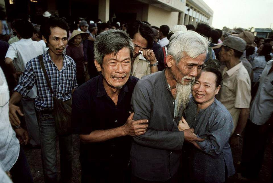 """Saigon 1988 - Đón người thân """"học tập cải tạo""""(!) từ miền Bắc trở về tại ga Saigon. Nguồn Facebook."""