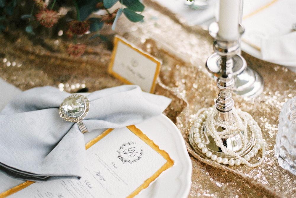 eskuvo-asztal-dekoracio-gatsby-nevkartya-menulap-strassz-gyertya.jpg