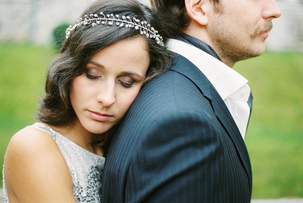 eskuvo-kreativ-fotozas-modern-menyasszony-oleles-reszlet.jpg