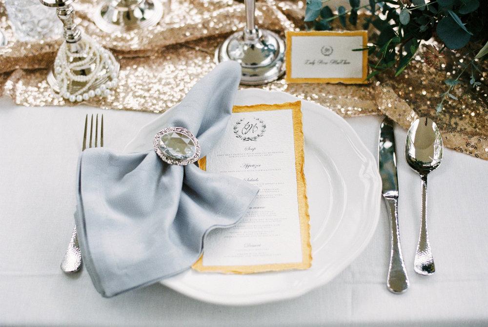 eskuvo-menulap-nevkartya-asztal-dekoracio-foasztal-ezust.jpg